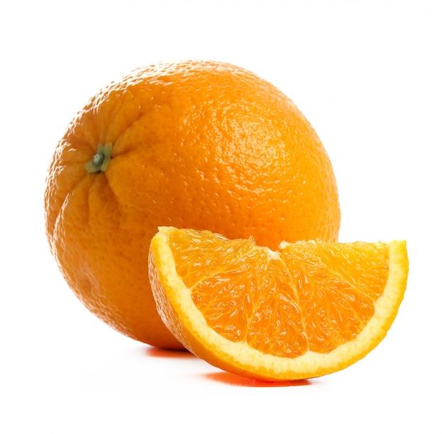 Arancia su bianco su bianco Foto Gratuite