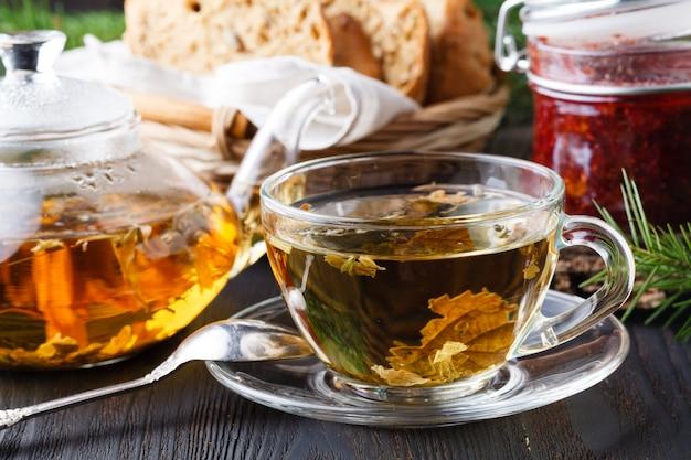Aranciata curativa invernale con olivello spinoso, rosmarino, spezie, rami di abete Foto Premium