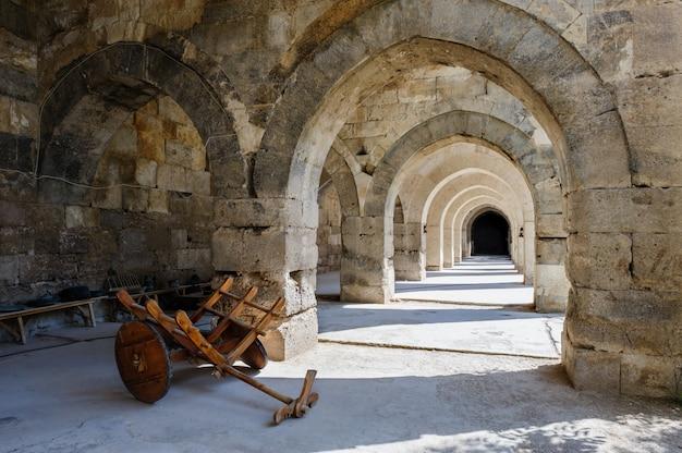 Archi e colonne in sultanhani caravansary su silk road, turchia Foto Premium