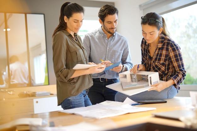 Architetti che guardano sopra il progetto per la casa moderna Foto Premium