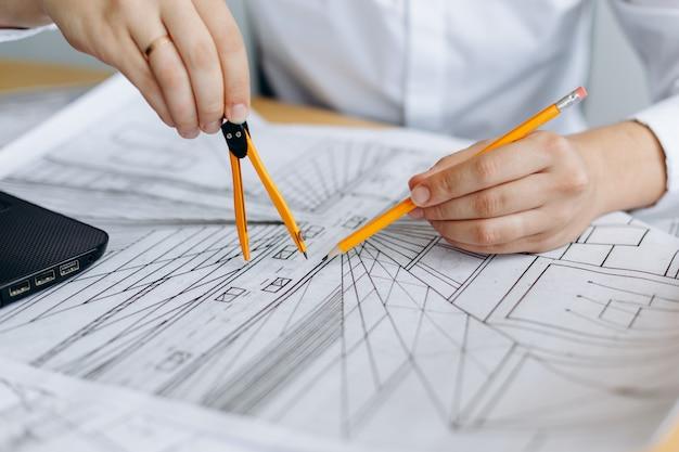 Architetto che lavora al progetto Foto Premium