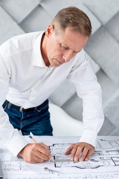 Architetto che lavora su un piano complesso Foto Gratuite
