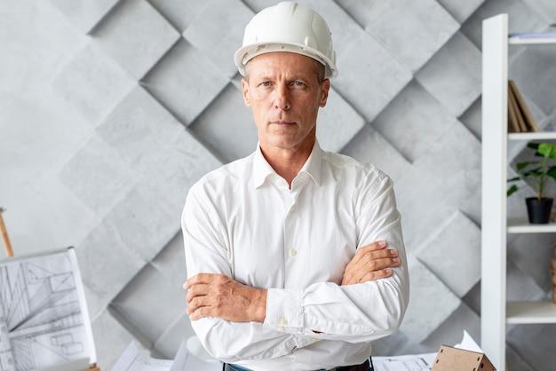 Architetto di successo con casco di sicurezza Foto Gratuite
