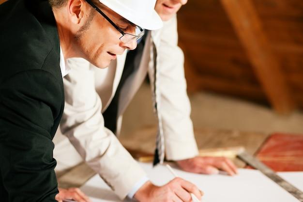 Architetto e ingegnere edile discutendo il piano Foto Premium