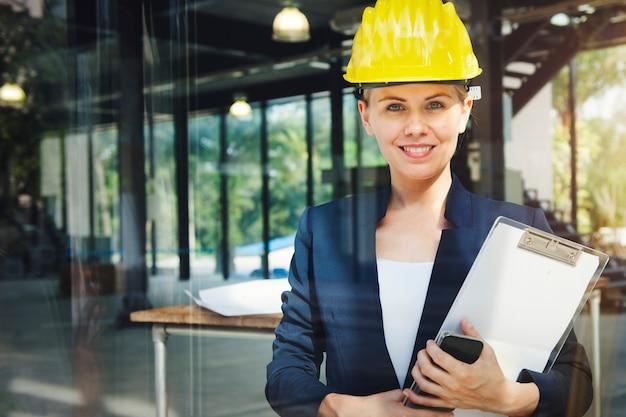 Architetto ingegnere construction design concept della donna di affari Foto Gratuite
