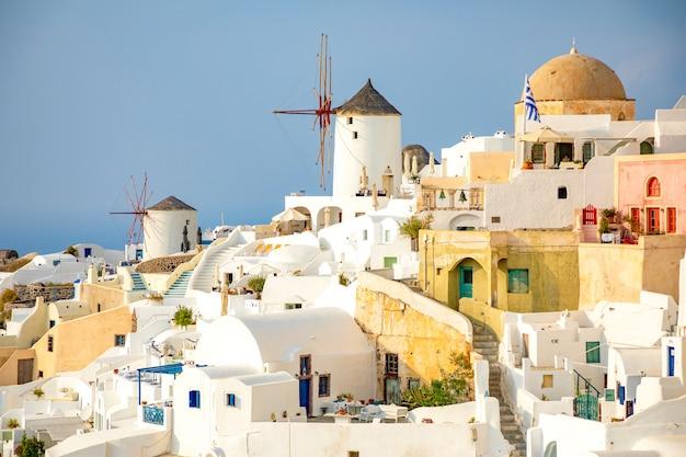Architettura bianca del villaggio di oia sull'isola di santorini, in grecia Foto Premium