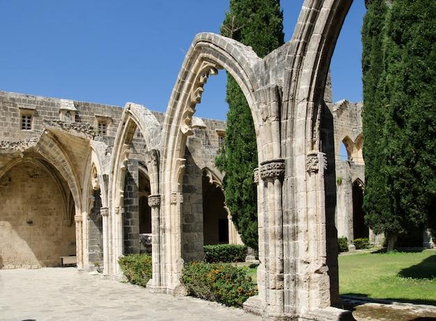 Arco e colonne all'abbazia di bellapais nel nord di cipro Foto Premium