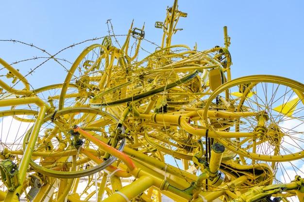 Arco realizzato da biciclette gialle a bruxelles Foto Premium
