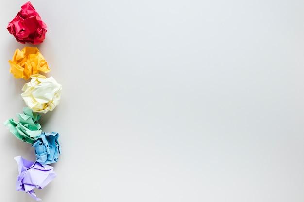 Arcobaleno composto da sei palline di carta colorate accartocciate Foto Gratuite