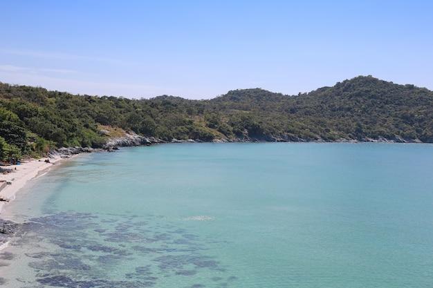 Area della spiaggia di hat tham phang a koh si chang. Foto Premium