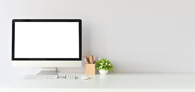 Area di lavoro con computer mockup e articoli per ufficio con copia scrivania tavolo dello spazio. Foto Premium