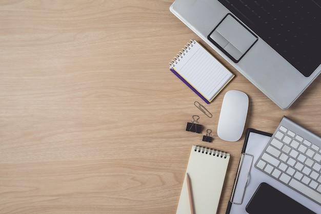 Area di lavoro con notebook e laptop su fondo in legno Foto Premium