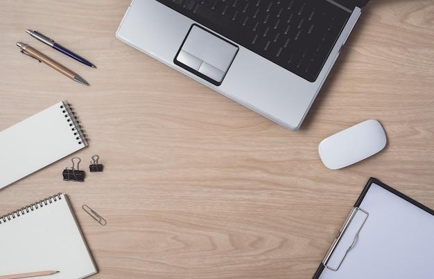 Area di lavoro con notebook e laptop Foto Premium