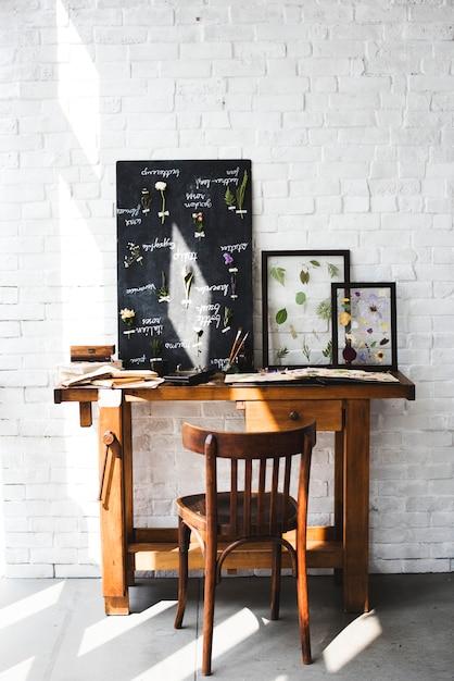 Area di lavoro del fiorista con la lista dei nomi di fiori secchi sul bordo nero Foto Gratuite