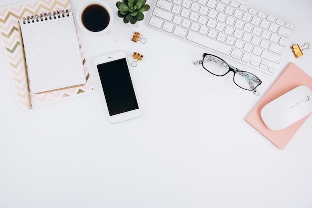 Area di lavoro di tavolo scrivania ufficio bianco con forniture per ufficio Foto Premium