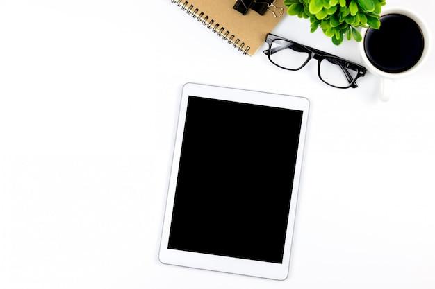 Area di lavoro in ufficio con tablet e con schermi vuoti vuoti sono in cima Foto Premium