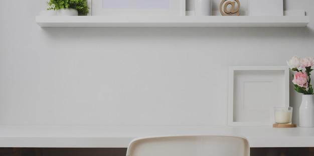 Area di lavoro minima con copia spazio e decorazioni sullo scaffale Foto Premium