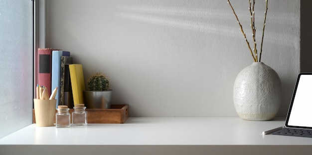 Area di lavoro minima con spazio per tablet e copia digitale a schermo vuoto Foto Premium