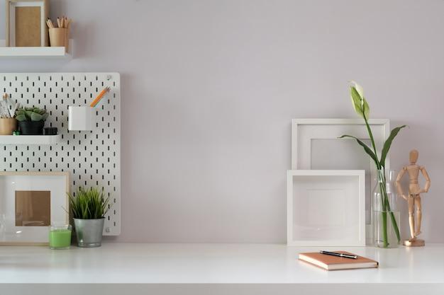 Area di lavoro mock up poster e accessori per ufficio con lo spazio della copia Foto Premium