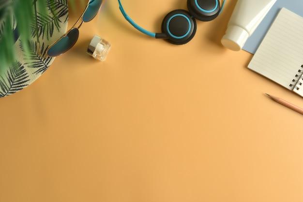 Area di lavoro piatta, vista dall'alto in concetto di estate. Foto Premium
