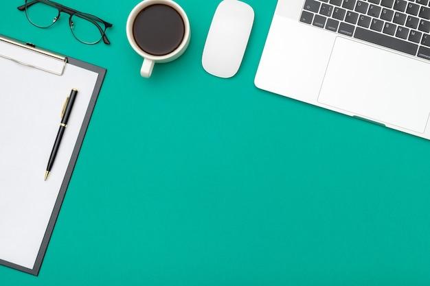 Area di lavoro sulla scrivania a colori in ufficio a casa Foto Premium