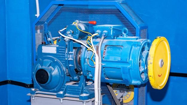 Argano con ingranaggio e motore ascensore per edificio residenziale Foto Premium