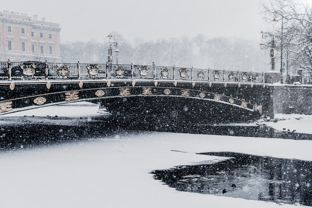 Argine del fiume fontanka a san pietroburgo, russia durante le nevicate in inverno Foto Premium