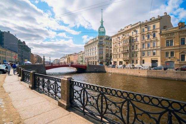 Argine del fiume moyka, ponte rosso, casa zinger a san pietroburgo. Foto Premium