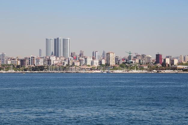 Argine di istanbul con centri commerciali Foto Premium