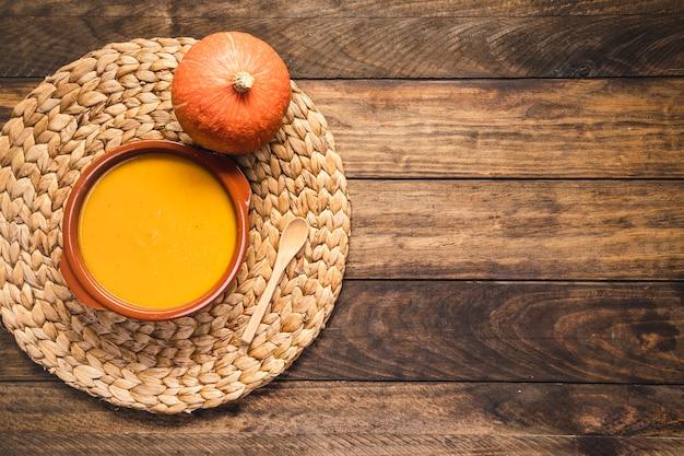 Arrangiamento piatto con zucca e zuppa Foto Gratuite