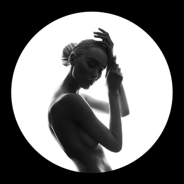 Arte bellezza donna nuda sul nero in anello cerchio bianco Foto Premium
