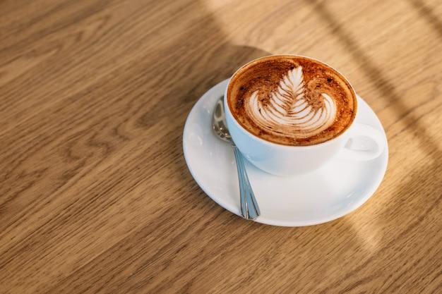 Arte del latte del caffè sulla tavola di legno Foto Premium
