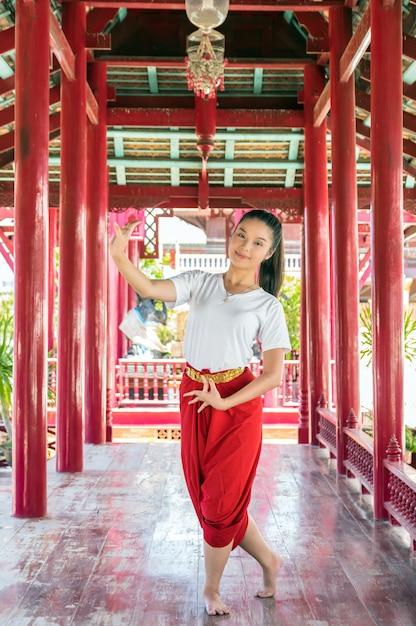 Arte di dancing tailandese della bella ragazza Foto Premium