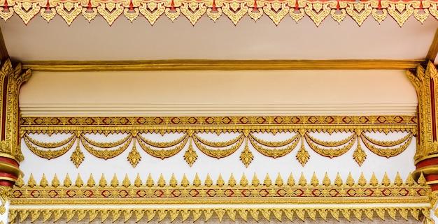 Arte tailandese antica del modello dello stucco sul tetto al tempio - tempio di buddha in tailandia Foto Premium