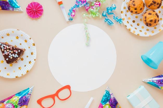 Articoli colorati per il compleanno intorno al cerchio vuoto bianco Foto Gratuite