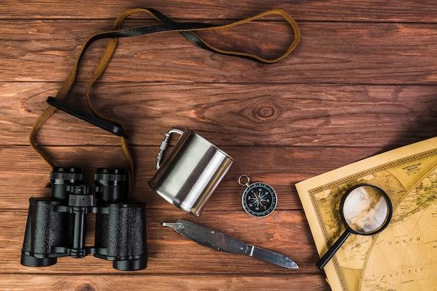 Articoli da viaggio sulla tavola di legno Foto Gratuite