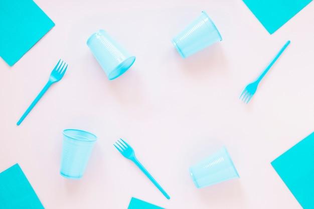 Articoli di compleanno in plastica su sfondo chiaro Foto Gratuite