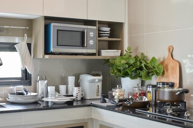 Articoli in ceramica e stoviglie da cucina sul bancone in cucina Foto Premium