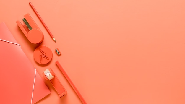 Articoli per ufficio su sfondo arancione Foto Gratuite