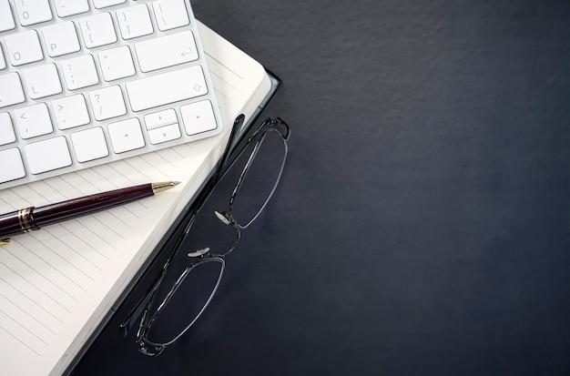 Articoli per ufficio sul fondo del tavolo in pelle blu scuro. Foto Premium