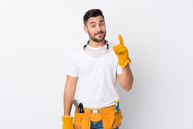 Artigiani o elettricista uomo sul muro bianco isolato che punta con il dito indice una grande idea Foto Premium