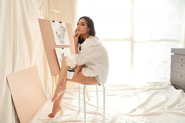Artista asiatico della donna in camicia bianca che prende una pausa mentre disegnando immagine con la matita (concetto di stile di vita della donna) Foto Premium