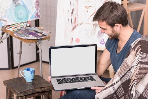 Artista con laptop Foto Gratuite