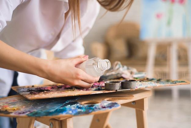 Artista con spatola pittura still life su cavalletto in studio Foto Premium