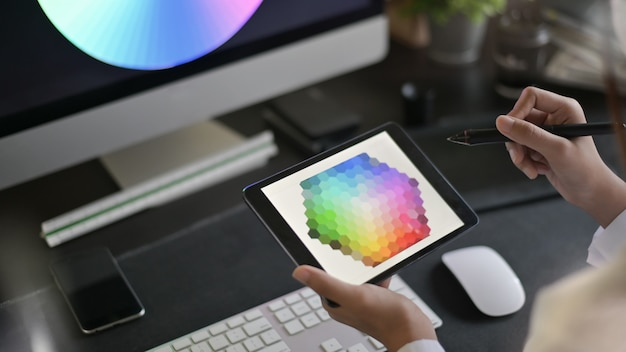 Artista creativo del web design con il lavoro sulla selezione dei colori sulla tavoletta grafica. Foto Premium
