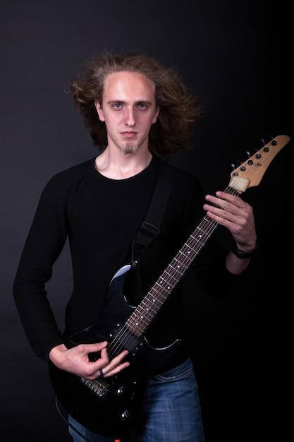 Artista della banda rock che suona la chitarra Foto Premium