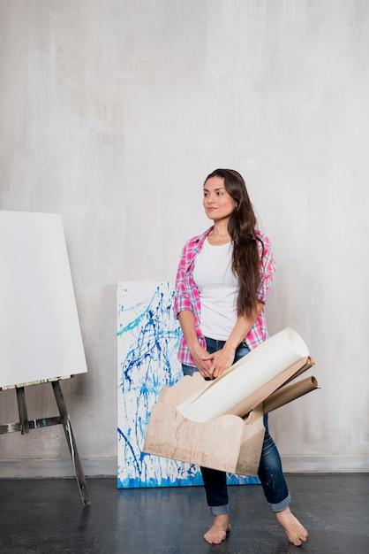 Artista femminile che presenta computer portatile Foto Gratuite