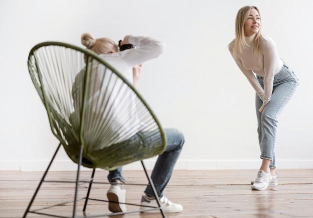 Artista seduto su una sedia e scattare foto Foto Gratuite