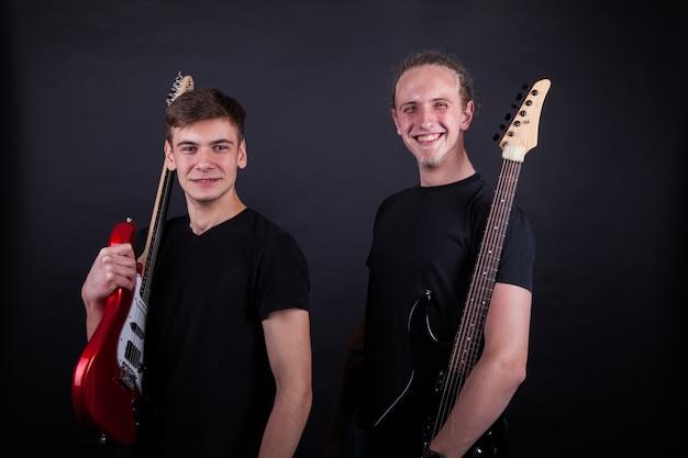 Artisti della banda rock che sorridono Foto Premium