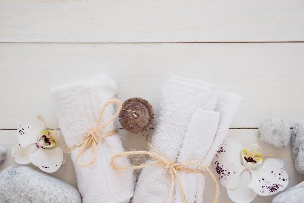 Asciugamani bianchi legati con delle corde Foto Gratuite